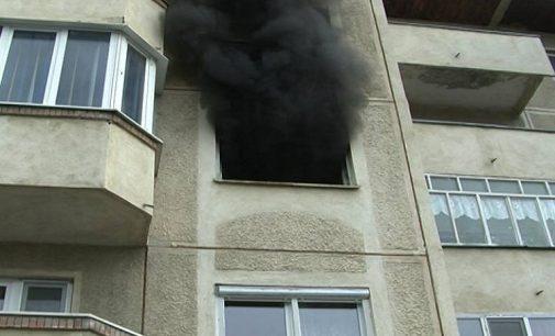 Momente de groază într-un bloc din Ploiești! O adolescentă a leșinat după ce apartamentul în care locuia a luat foc!
